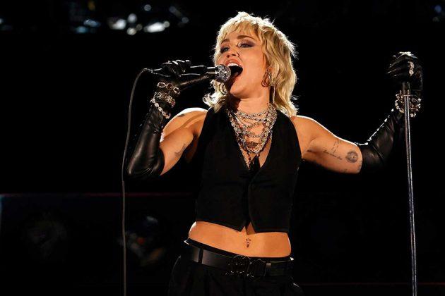 """Η Miley Cyrus τραγουδά το """"Nothing Else Matters"""" των Metallica με Elton John και τους θρύλους του heavy metal"""
